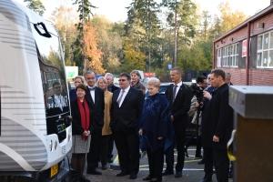 Liettuan presidentti tutustumassa robobussiin Urban Millin edessä Innovation Gardenissa